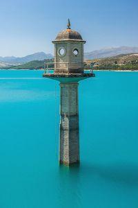 Watch_tower_of_the_dam,_Embalse_de_los_Bermejales,_Andalusia,_Spain