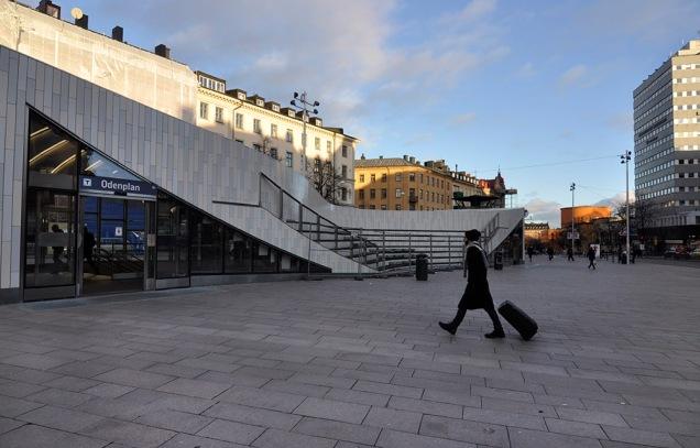 Odenplan är en plats man snabbt skyndar över. Den s.k. soltrappan som gjorts på stationsbyggnaden har aldrig varit öppen.